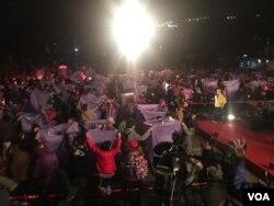 台湾新北市一年一度的平溪天灯节在元宵节举办了压轴场次。参加天灯施放的民众正在等待放灯号令(2016年2月22日,美国之音萧洵拍摄)
