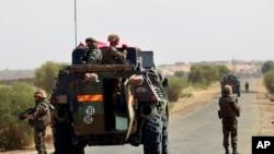 法国部队2013年2月4日在马里北部城市哈姆波里附近通往加奥的公路下车以便让一个扫雷队清除路面