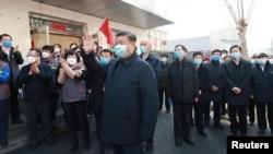 中国国家主席习近平视察北京安华里居民区的新冠病毒防控工作。(2020年2月10日)