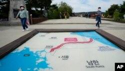Du khách tham quan nơi trưng bày bản đồ có đường phân chia Triều Tiên và Hàn Quốc.