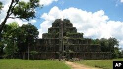 Đền Prasat Thom ở Koh Ker, nơi đã từng là thủ đô của Kampuchea trong những năm giữa 928 - 944