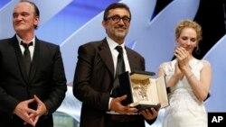 Los estadounidenses Quentin Tarantino y Uma Thurman entregaron la Palma de Oro al turco Nuri Bilge Ceylan.