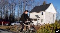 Perawat Kaci Hickox bersepeda keluar rumahnya (30/10).