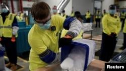 Kotak berisi vaksin Pfizer-BioNTech COVID-19 disiapkan untuk dikirim di pabrik manufaktur Pfizer Global Supply Kalamazoo di Portage, Michigan, AS, 13 Desember 2020. (Foto: Morry Gash via REUTERS)