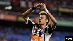 Neymar, pemain klub Santos yang baru berusia 20 tahun dinilai sebagai pemain terbaik Brasil saat ini.