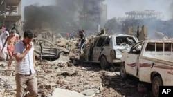 Warga Suriah menginspeksi kerusakan setelah dua bom meledak di kota Qamishli, Suriah Rabu (27/7).