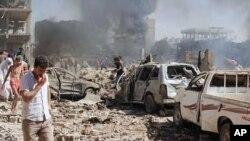 Cette photo publiée par l'agence de presse officielle syrienne SANA donne une idée des dégâts causés par le double attentat qui a frappé la ville kurde de Qamichli, en Syrie, le 27 juillet 2016.