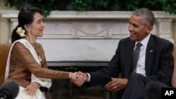 바락 오바마(오른쪽) 미국 대통령과 아웅산수치 미얀마 국가자문역 겸 외무장관이 지난 14일 백악관에서 진행된 회동을 마치며 악수하고 있다.