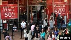 Compradores acuden a aprovechar las ventas del día después de Navidad en los Outlets Citadel, en Los Angeles, California. Diciembre 26, 2014. REUTERS/Jonathan Alcorn (UNITED STATES - Tags: BUSINESS) - RTR4JCFC
