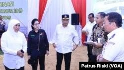 Gubernur Jawa Timur (kiri), Menteri Kesehatan, Menteri Perhubungan, bersama sejumlah instansi membicarakan kesiapan mudik lebaran 2019 di Surabaya (foto: VOA/Petrus Riski)