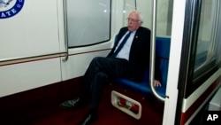 En esta foto de archivo el senador Bernie Sanders se dirige a su oficina, el 21 de diciembre del 2018.
