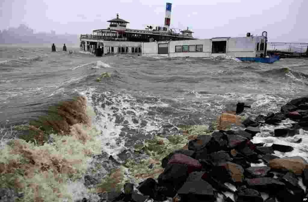 Một chiếc phà bị bao trùm bởi các đợt sóng trên sông Hudson ở Edgewater, New Jersey, ngày 29/10/2012.