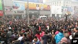 2月20號聚集在北京王府井麥當勞快餐店門前的人群