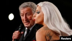 "Lady Gaga saat menyanyikan lagu ""Cheek to Cheek"" bersama Tony Bennett di Grammy Awards ke-57 di Los Angeles, California (8/2). (Reuters/Lucy Nicholson)"