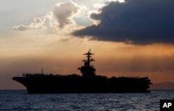 En esta foto del 13 de abril de 2018, se ve al portaaviones de la Marina de EE.UU. USS Theodore Roosevelt en la Bahía de Manila, Filipinias.
