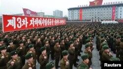 지난해 2월 평양에서 북한군 병사들이 3차 핵실험 성공을 축하하는 집회에 참석했다. (자료사진)
