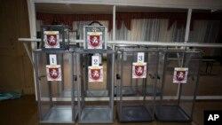 Prazne glasačke kutine na biračkom mestu blizu Simferopolja