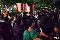 香港民族黨召集人陳浩天號召市民集會有過百人參與。(美國之音湯惠芸攝)