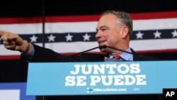 """""""Con tanto en juego para la comunidad hispana, es importante que nuestra campaña se dirija en un idioma que es hablado por tantas familias a través del país"""", dijo Kaine."""