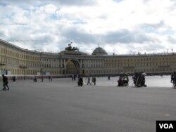 沙俄帝國象徵,聖彼帝得堡冬宮廣場。 (美國之音白樺 拍攝)