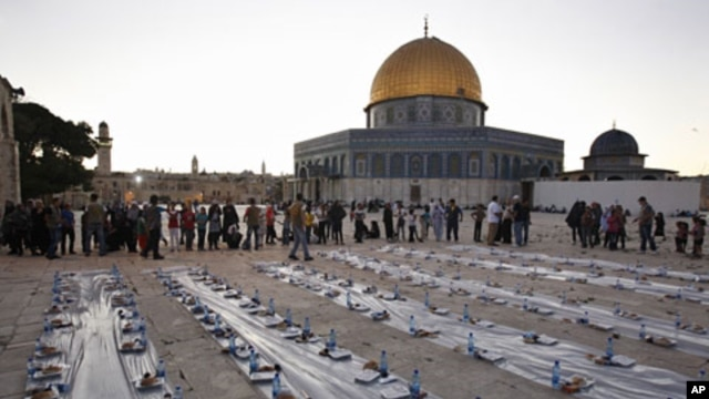 Muslim Palestinians wait to receive their iftar meals donated by a charity in the courtyard of Jerusalem's Al-Aqsa mosque, August 4, 2011