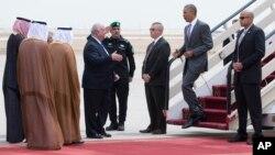 Presiden Barack Obama disambut oleh Dubes AS untuk Arab Saudi, Joseph Westphal, setibanya di bandara internasional King Khalid di Riyadh, Arab Saudi (20/4).