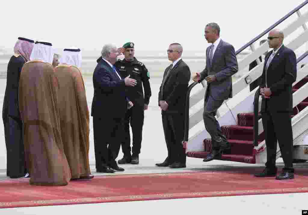 سعود عرب میں امریکہ کے صدر براک اوباما کا امریکی سفارت کار جوزف پرتپاک استقبال کر رہے ہیں۔