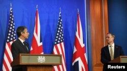 Sekretari amerikan i Shtetit Antony Blinken dhe Sekretari i Jashtëm britanik Dominic Raab gjatë një konference të përbashkët për shtyp në Londër (3 maj 2021, Chris J Ratcliffe/Pool via REUTERS)