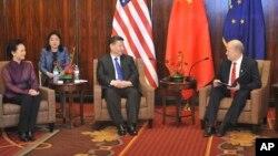 2017年4月7日阿拉斯加州長比爾沃克(右)在阿拉斯加安克雷奇與中國國家主席習近平(中)會面。