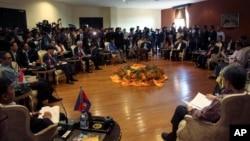 아세안 각국 외무장관들이 17일 버마에서 열린 아세안 정상회의에 참석해 현안을 논의하고 있다.