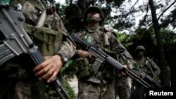 미-한 연합 군사 훈련인 '을지프리덤 가디언' 연습이 지난 8월 서울에서 시작된 가운데, 한국 군인들이 반테러 훈련 중이다. (자료사진)