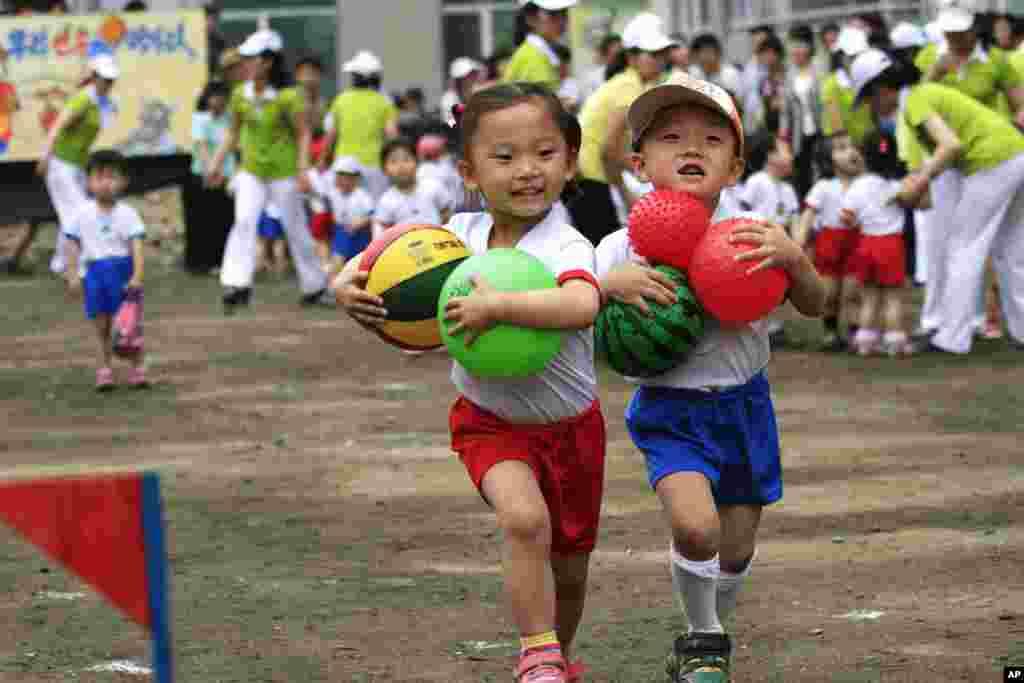 '국제아동절'인 1일 북한 평양의 '9.15 보육원'에서 열린 운동회에서 어린이들이 공을 들고 달리는 게임을 하고 있다.