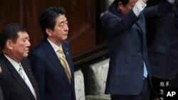 21일 아베 신조 일본 총리(왼쪽 두번째)가 참석한 각료 회의에서 중의원 해산을 공식 발표했다.