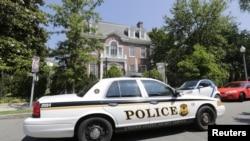 Một xe cảnh sát chạy ngang qua Đại sứ quán Syria tại Washington