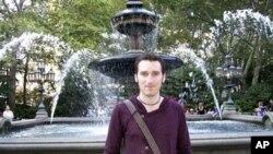 ຮູບບໍ່ໄດ້ລະບຸວັນທີ່ ຂອງນາຍ Chris McManus ທີ່ທາງຄອບຄົວຂອງລາວສົ່ງໃຫ້ກະຊວງຕ່າງປະເທດອັງກິດ ນຶ່ງໃນໂຕປະກັນທີ່ຖືກຂ້າຕາຍ ໃນລະຫວ່າງການບຸກເຂົ້າໄປຊ່ອຍ ຂອງພວກເຈົ້າໜ້າທີ່ອັງກິດແລະໄນຈີເຣຍ (9 ມີນາ 2012)