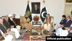 PM Pakistan Nawaz Sharif mengundang perwakilan pemerintah Pakistan dan Taliban untuk menghidupkan kembali pembicaraan untuk mengakhiri pemberontakan di negara itu di rumah kediamannya di Islamabad (6/3). Menteri Dalam Negeri Pakistan, Ch. Nisar terlihat hadir dalam pertemuan tersebut.
