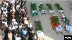 Warga Suriah anti-pemerintah mendoakan korban Muslim Suni yang tewas di Hula, dekat Homs (2/11).