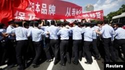 Cảnh sát Trung Quốc ngăn chặn người biểu tình gần lãnh sự quán Nhật Bản ở Thượng Hải, ngày 16/9/2012