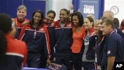 27일 런던의 미국 선수단 훈련장을 찾아 선수들을 격려하는 미쉘 오바마(가운데).