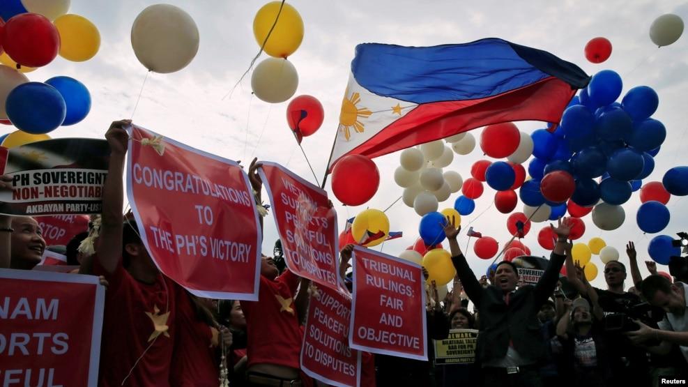 Người biểu tình thả bong bóng và hô khẩu hiệu chống Trung Quốc trong một cuộc tuần hành ở Philippines, 12/7/2016.