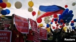 12일 상설중재재판소가 남중국해 영유권 분쟁과 관련해 필리핀 승소 판결을 내렸다는 소식이 전해지자, 필리핀 수도 마닐라에 모인 시민들이 환호하고 있다.