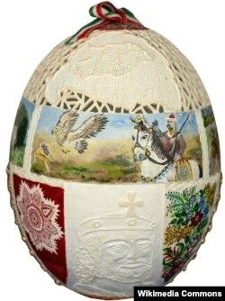 Menurut seniwati Kati Zsigo, kerajinan tangan menghias telur dapat menyatukan anggota keluarga saat merayakan Paskah. (Zsigóné Kati via Wikimedia CommonsWikimedia commons)