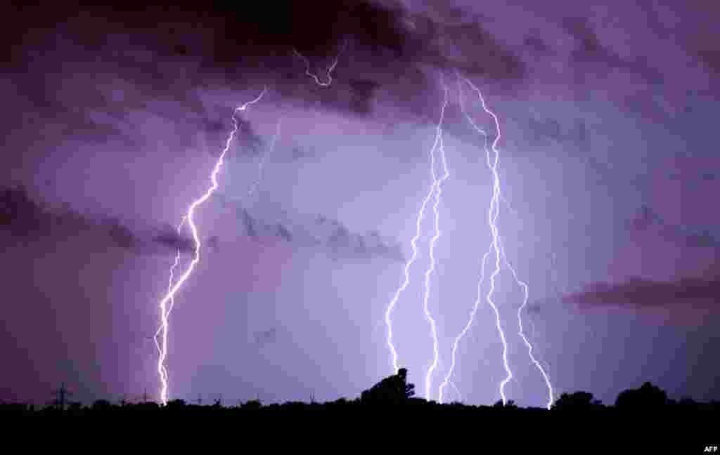 Kilatan petir dahsyat menyambar di atas kota Algermissen, Jerman Selasa (10/6) malam, disertai badai yang menewaskan sedikitnya 6 orang.