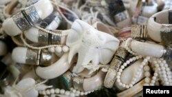 Des bijoux fait à partir d'ivoire confisqué à Denver, Colorado, le 14 novembre 2013.