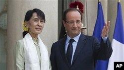 ປະທານາທິບໍດີຝຣັ່ງທ່ານ Francois Hollande ຕ້ອນຮັບ ທ່ານນາງ ອອງຊານຊູຈີ ຜູ້ນໍາຝ່າຍຄ້ານຝ່າຍຄ້ານມຽນມາ ທີ່ວັງ Elysee ກຸງປາຣີ. ວັນທີ 27 ມິຖຸນາ 2012.