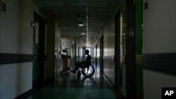 یک بیمار در بیمارستان دولتی رفیق حریری که برق آن رفته است - اوت ۲۰۲۱