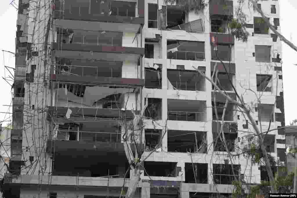 Пошкодження будівлі внаслідок масштабного вибуху у Бейруті. 5 серпня.