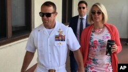 2019年7月1日美国海豹突击队员爱德华·加拉赫(左)和妻子来到圣地亚哥海军基地军事法庭