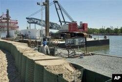 Aménagement d'une digue temporaire près d'Amelia, en Louisiane