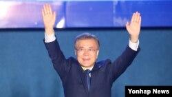 문재인 한국 대통령 당선인이 9일 서울 종로구 세종로공원에서 열린 시민들과 함께하는 개표방송에서 지지자들을 향해 손을 들어 인사를 하고 있다.